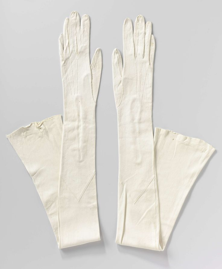 Handschoen, galahandschoen, van wit wasleer met sluiting van parelmoeren knoopjes, M. Laimb�ck, ca. 1930