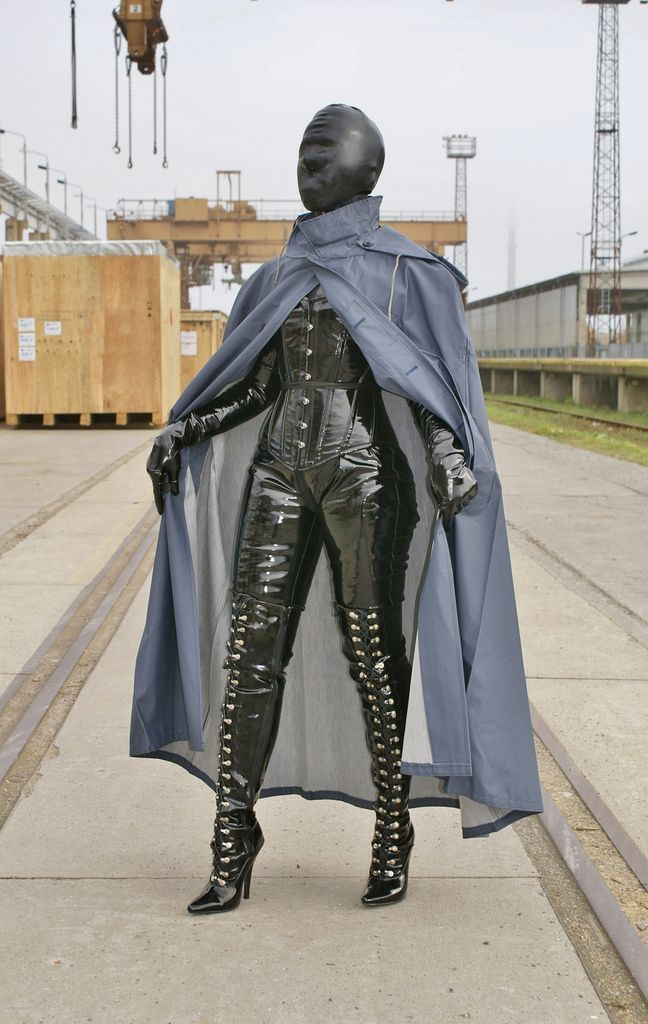 Die geschlossene Gummimaske der Klepperfrau ist ein wichtiges Detail dieser Regentracht...