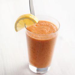 winterse smoothie met dadels, gember, sinaasappel, banaan en wortelsap