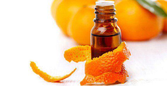 L'olio essenziale di arancio (Citrus aurantium) viene estratto dalla scorza dei frutti dell'omonimo albero, tramite spremitura a freddo o distillazione. Si utilizzano frutti giunti a maturazione in modo naturale. A seconda della tipologia dei frutti utilizzati, avremo olio essenziale di arancio dolce o olio essenziale di arancio amaro.