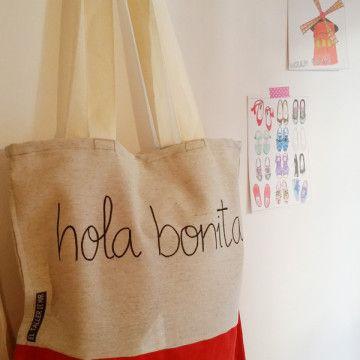 Tote bag hecha a mano con tela de loneta de algodón y antelina de color rojo. Pintada a mano.