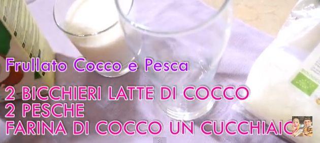 frullato pesche e lattte di cocco .... con spolveratina di cocco