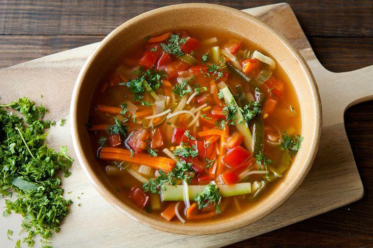 In julienne snijden, het betekent zoveel als in zeer dunne reepjes. Deze soep is een basissoep en dus zeer eenvoudig. Ideaal ook om jouw groentenresten te verwerken. Doe er ook nog kip bij (fijn gemaakt)  http://koken.vtm.be/de-perfecte-keuken/recept/juliennesoep?gclid=CjwKEAiAy8ujBRCY6c-hveijhFASJAAcyGic29iZbYGE_phZghOO5hhRz1LezaDd6NIhK3EFqJrueBoCPrbw_wcB
