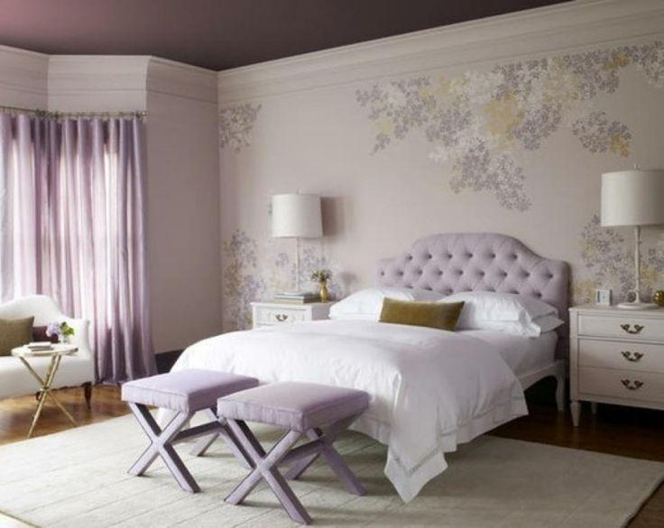 chambre à coucher adulte en couleur lilas avec tête de lit capitonnée