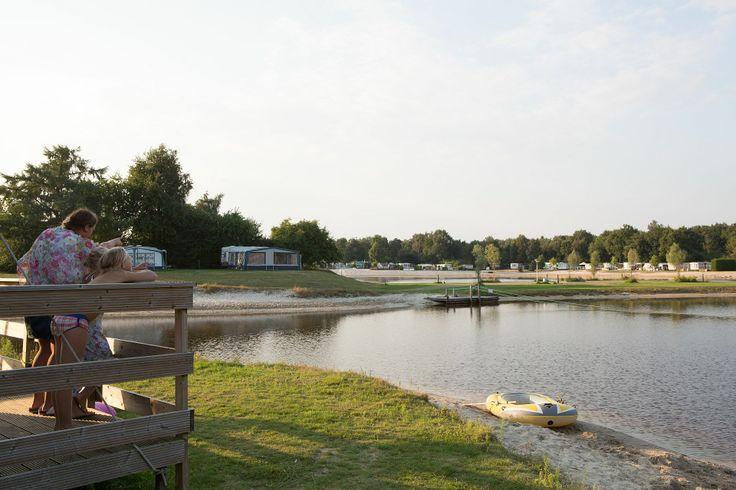 Prachtig uitzicht op de camping in een luxe kampeertent tijdens uw strandvakantie