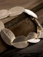 Zilveren blaadjes armband. Geïnspireerd op een laurierkrans. Designed by Nicoline van Boven
