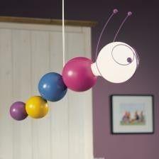 Verras uw kind met de Philips myKidsRoom Ruby hanglamp in de vorm van een rups. Het speelse ontwerp met een houten behuizing en een duurzame lichtbron is een vriendelijke toevoeging aan de kinderslaapkamer.