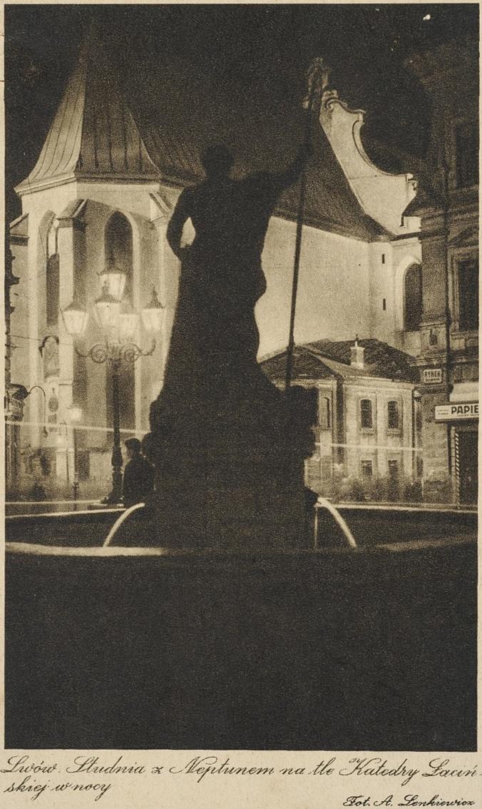 A. Letkiewicz, Lwów, studnia z Neptunem na tle katedry łacińskiej w nocy, [ante 1939]