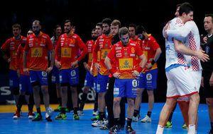 Los jugadores de la selección española, cabizbajos tras la derrota frente a Croacia.