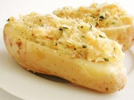 Receita de Batata recheada com bacalhau desfiado - batatas sob água corrente e embrulhe, uma a uma com papel alumínio. 6. Leve ao forno pré-aquecido por 2 horas ou até que as batatas fiquem...