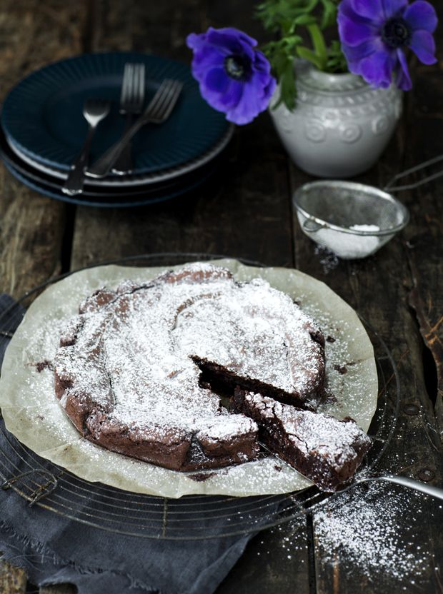 Kladdkaka er en lækker tung og lidt klæg svensk chokoladekage, som gør sig allerbedst sammen med flødeskum og en kop sort te.