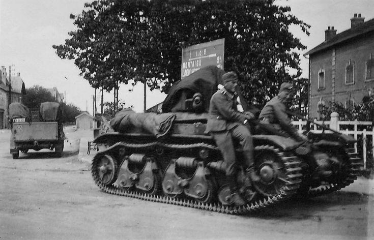 https://flic.kr/p/22ge4Re | 1940, France, Des soldats allemands posent sur un char français abandonné Renault R35 | Au second plan, un panneau indicateur où l'on peut voir Montaigu et Laon (Aisne).