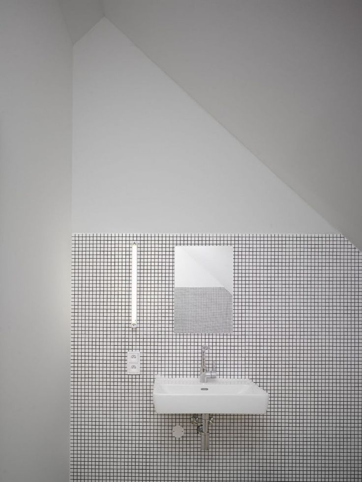 Clean and simple bathroom lavatory.  Family House in Klokočná / Studio pha