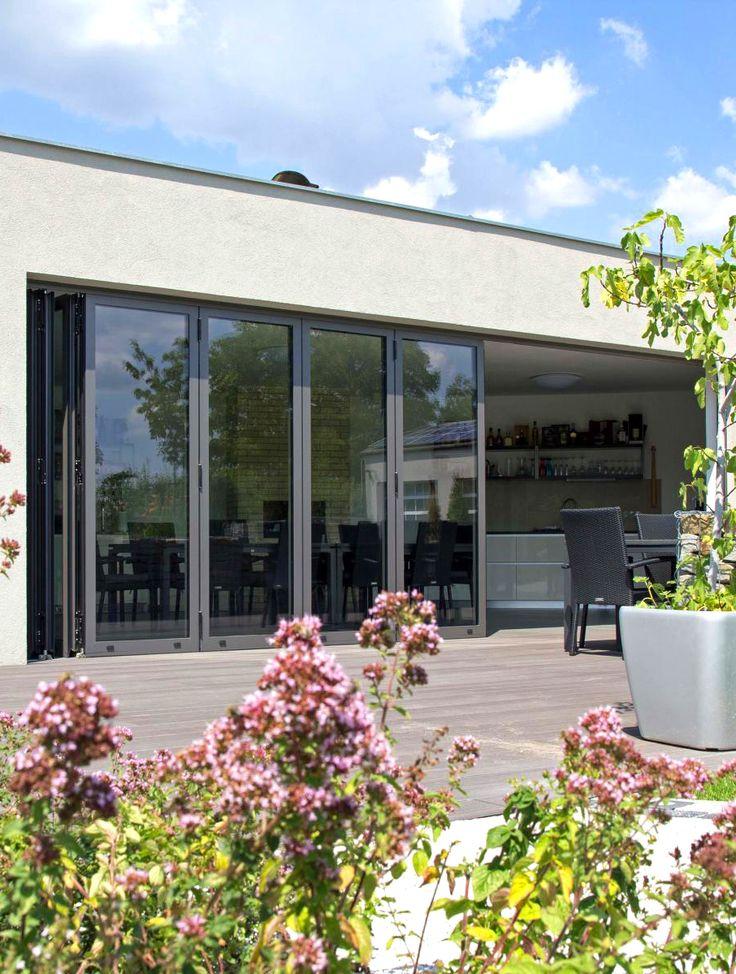 Velké prosklené plochy se v elegantním provedení dokonale propojují interiér domu s okolím a vy si tak můžete užít ničím nerušený výhled na váš bazén či zahradu. Skládací systém si zamilujete pro snadnou manipulaci. (Profiltechnik, zahrada, terasa, zimní zahrada)