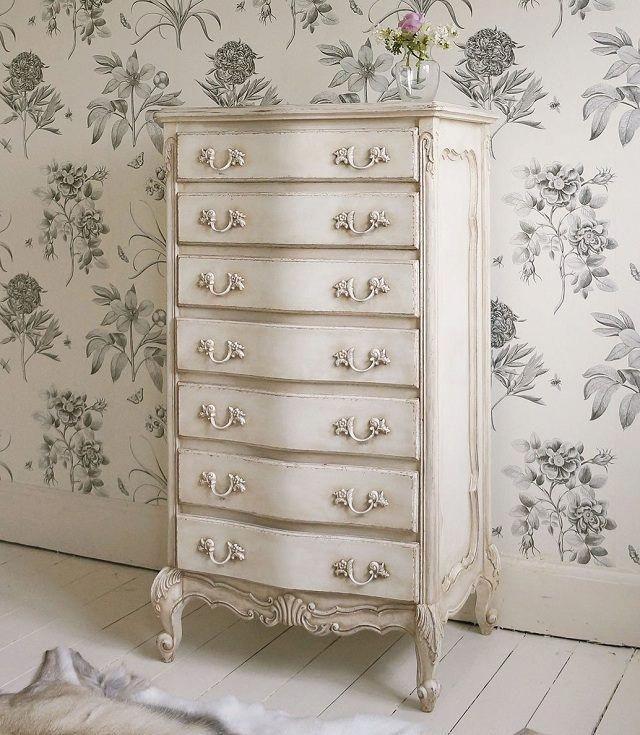 une commode blanche décorée d'ornements de style shabby chic #Shabbychicdresse…
