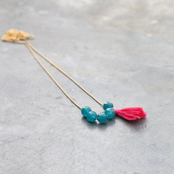 Collier pompon avec pierres en jade vert pin et pompon rose fuchsia / Collier long pour femme / chaîne bille dorée à l'or fin
