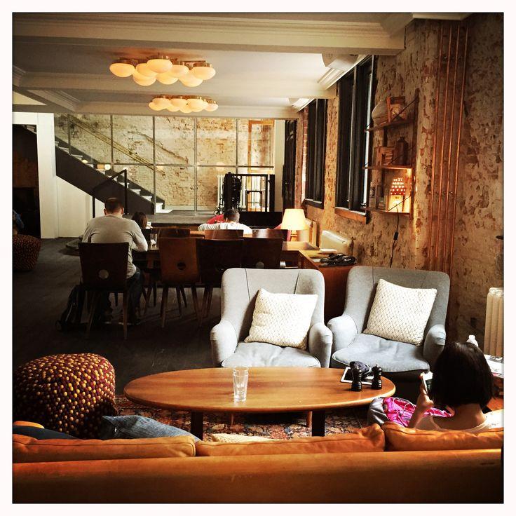 The Hoxton is een hip, cool, vintage design boutique hotel in het centrum van Amsterdam. Middenin de 9 straatjes, met een fantastische bar en lounge en een heerlijk restaurant. De ideale brunch hotspot, perfect voor een koffie date, borrel op vrijdag of een diner met na afloop iets teveel cocktails. The hoxton is Epic!