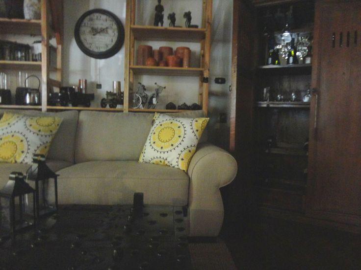 Una sala ecléctica con accesorios vintage, modernos, velas clásicas y un toque de color.