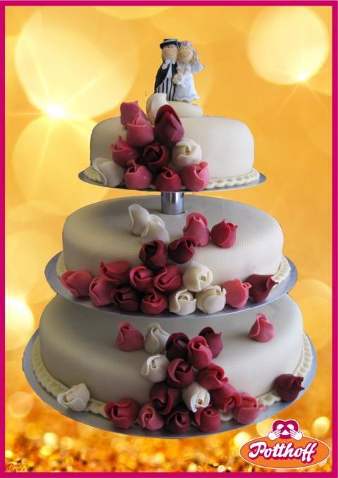 Hochzeitstorte 3-stöckig mit Marzipan eingeschlagen und vielen handgefertigten Marzipanrosen