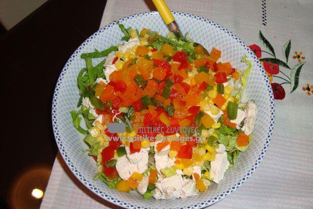 Γευστική και πολύ χορταστική κοτοσαλάτα με μαρούλι και τυριά.