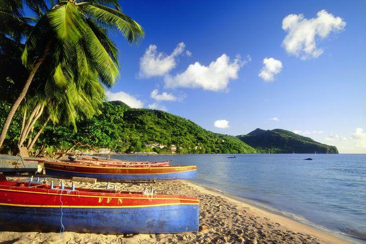 Bateau de pécheurs en Martinique.  #croisière #croisierenet.com #paysage #caraïbes #voyage #croisièrecaraïbes