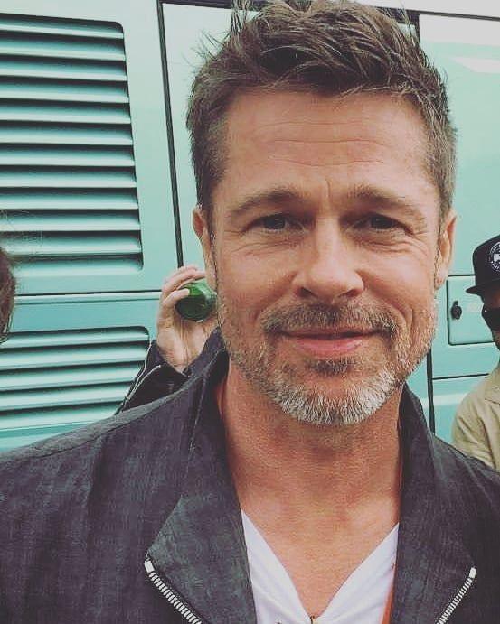 """@nude_lispector auf Instagram: """"Brad Pitt bewirbt Okja auf der Glastonbury 2017 #B …"""