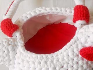 La borsa di Hello Kitty l'ho realizzata semplicemente lavorando in tondo, di seguito troverete lo schema gratis e le spiegazioni passo passo