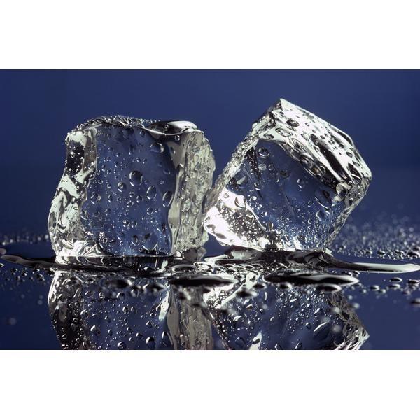 AGUA FRÍA - El agua fría ayudará a contraer los vasos sanguíneos alrededor de los ojos, lo que permitirá que se reduzca la hinchazón y también eliminará los círculos oscuros que se forman debajo de ellos. Sólo necesitas colocar un trapo limpio empapado en agua helada sobre el rostro y esperar unos minutos. Este proceso puede ser difícil de aguantar, así que puedes quitar y poner el trapo cuando sientas que es demasiado frío.