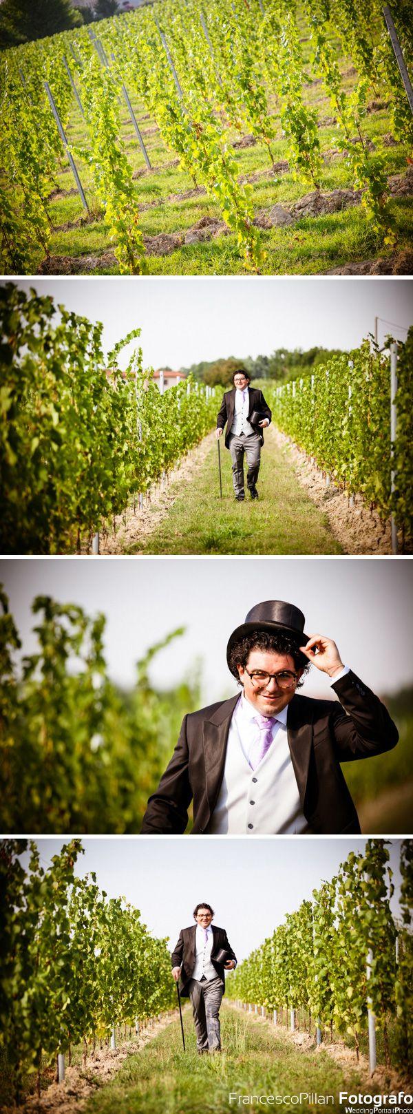 foto matrimonio lancenigo di villorba treviso dello sposo che passeggia nel vigneto dell'abitazione