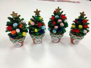Mini kerstboom van een denneappel