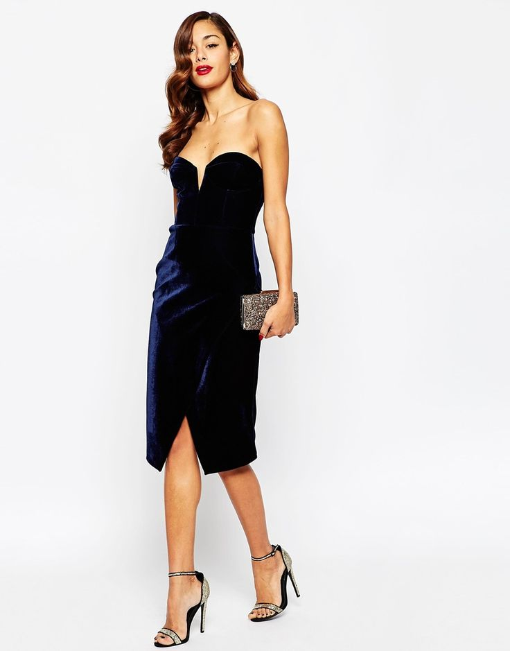 Imagen 4 de Vestido de tubo de terciopelo a media pierna con escote pronunciado RED CARPET de ASOS PETITE