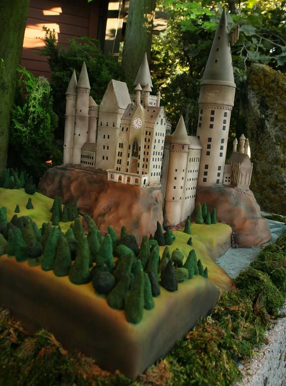 Harry Potter theme wedding? Yes, I think I might be geek enough to do it. Such an awesome Hogwarts cake!