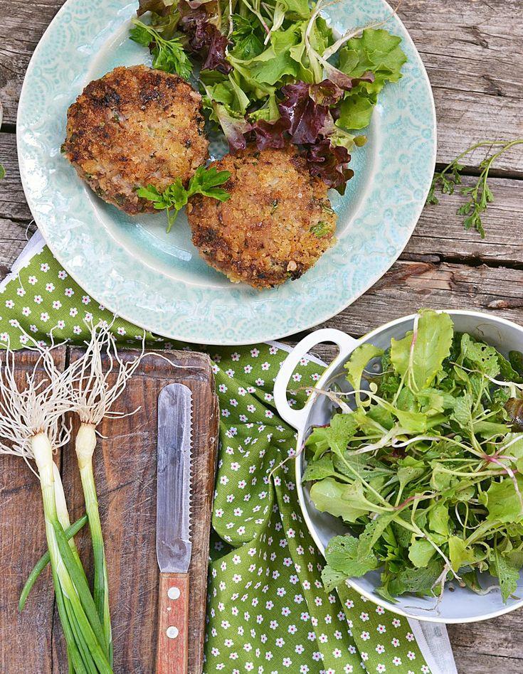 Recette Croquettes de légumes : Pelez les pommes de terre. Détaillez le brocoli en fleurettes. Coupez grossièrement la courgette. Faites cuire tous les légumes dans un grand volume d'eau avec le bouillon-cube. 20 minutes pour les pommes de terre, 10 minutes pour le brocoli, 8 minutes pour les ...