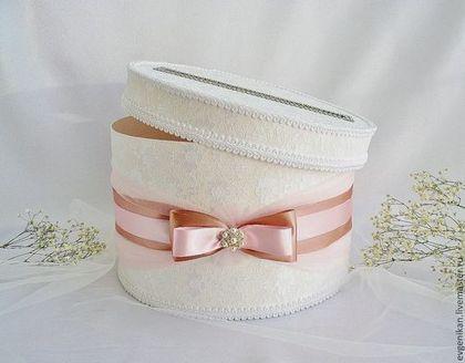 Купить или заказать Свадебная коробка-казна 'Бежево-розовая дымка' в интернет-магазине на Ярмарке Мастеров. Стильная свадебная коробка-казна в белом цвете с драпировкой из нежнейшего фатина, украшена атласными лентами в стиле торжества и брошью. Коробка плотная, обтянута кружевным полотном, в крышке прорезь для конвертов и открыток. Крышка у коробки открывается, что позволяет легко достать ваши богатства) Такая коробка послужит красивым и стильным акцентом на вашем торжестве.