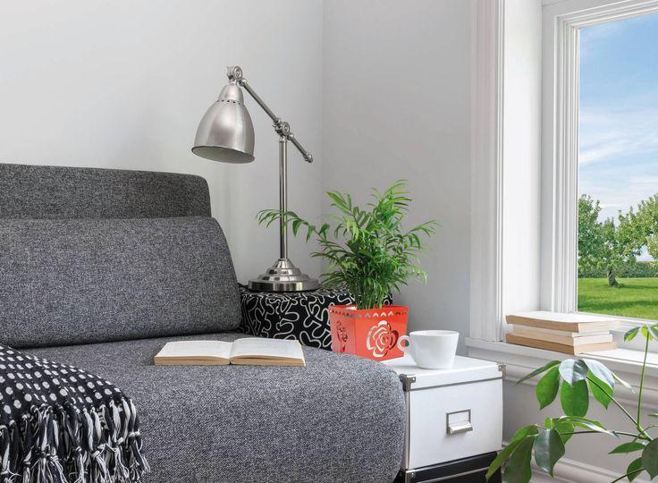 Per accendere un interno grigio basta un piccolo dettaglio #rosso: lo renderà più accogliente, ma sempre moderno e raffinato!  #arredamento #interiordesign #salotto #grigio #dettagli #MIApot #portavaso #portariviste