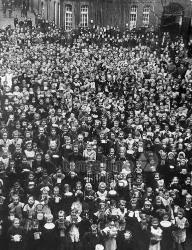 Speisung von Schulkindern in Berlin, 1920 Timeline Classics/Timeline Images #20er #schwarzweiß #Fotografie #photography #historisch #historical #traditional #traditionell #retro #nostalgic #Nostalgie #Schule #School #Schüler #Lernen #Studieren #Bildungseinrichtung #Unterricht #Schulzeit #Ausbildung #Speisung #Schulkinder #Menge #Gruppe #Menschenansammlung #Masse #Essen #Mensa #Schulspeisung