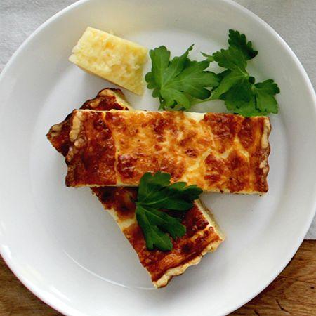 Alkuruoaksi rapujuhlissa tarjotaan perinteistä ruotsalaista juustopiirasta. Sen valmistuksessa on käytetty Ruotsin hovin suosikkia, Västerbåtten-juustoa. Tähän piiraaseen tulee himo, joten sitä syödessä kannattaa jättää tilaa myös juhlan pääannille, eli ravuille.