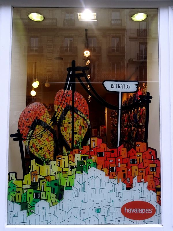 Vitrine Havaianas - Paris, Mars 2017 | Photo: Beausoleil France #mode #tongs #favellas #vitrophanie #vitrine #window #display
