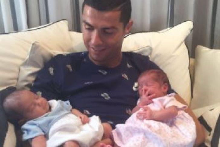 Cristiano Ronaldo ya conoce y posa con sus dos nuevos hijos, Eva y Mateo (Foto)