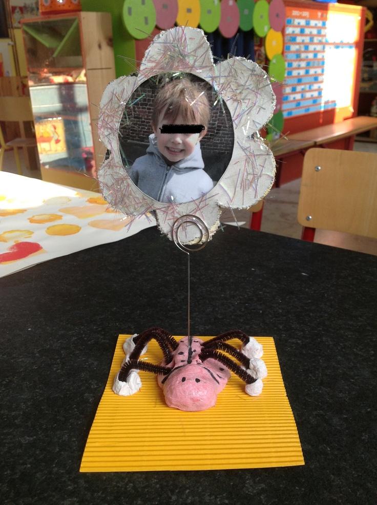 Moederdagscadeau - Mother's day present  - Brooddeeg - Foto kleuter - Bloem uitprikken - Chenilledraad - Fotohouder