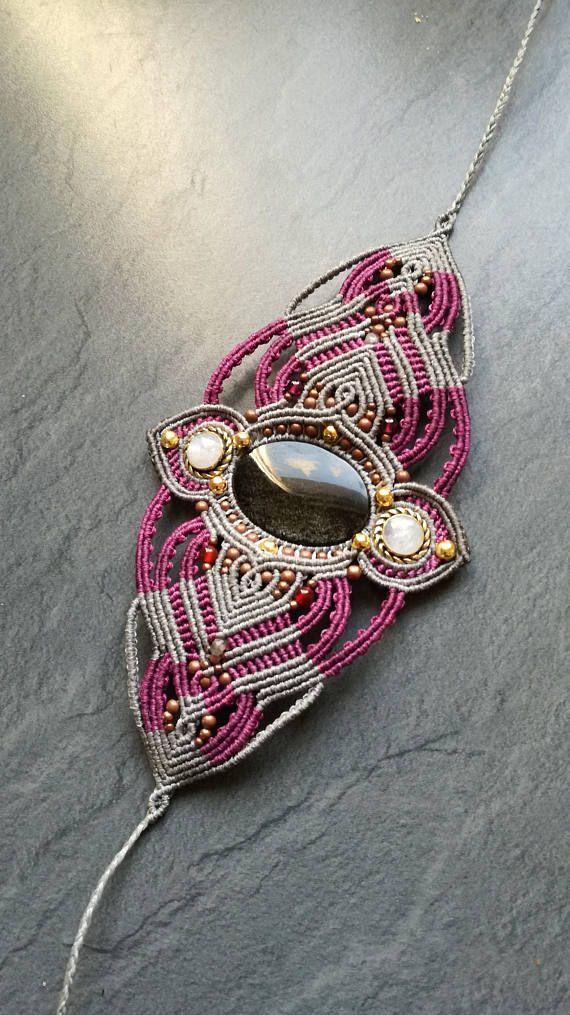 Bracelet manchette en macramé et pierres : obsidienne dorée, quartz rose Fil polyester ciré Perles en laiton Fermoir ajustable Entièrement réalisé à la main.