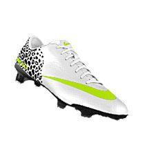 Los zapatos son de Nike tambien. Estos zapatos estan para Futbol. Los zapatos son blanco, negro, y verde. Me encantan los zapatos.