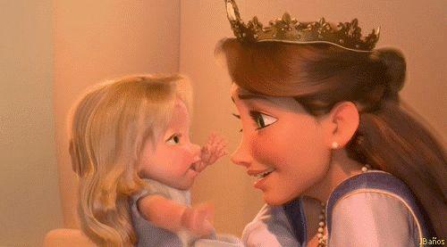 La magia de la flor de oro curó la reina Una niña sana, una princesa nació, con un hermoso cabello dorado. Te voy a dar una pista: ella es Rapunzel.