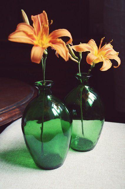 Dwie butelki w kolorze zielonym. Grube szkło, fajny kształt.