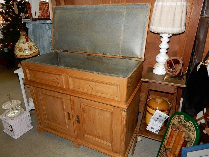 Brocant geloogd grenen dressoir, kommode of kast met 2 deuren en een klep.  De klep is aan de binnenkant voorzien van metaal wat een leuke en mooie afwerking geeft.  Afmetingen ongveer 98 cm breed, 84 cm hoog en 48.5 cm diep. Prijs € 165.00.
