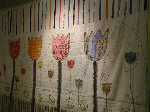 Tulipani da parete in tessuto cuciti a mano. Opera di Francesca Nikki