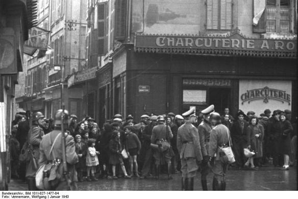 Soldats allemands rassemblant la population du vieux port pour en préparer la déportation.