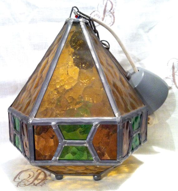 Zweedse Vintage, jaren 1960, zeshoekige plafond lamp lantaarn met tin voorrand. Licht bruine, groene en paarse dik kunst glas
