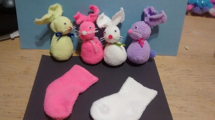 Petits lapins faits avec des bas de bébés