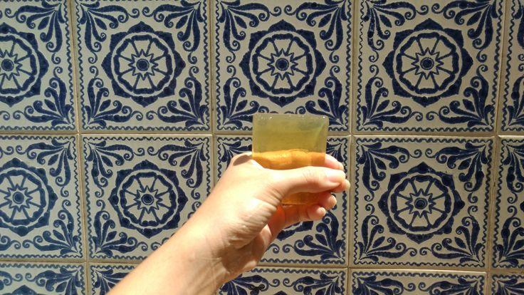 Cristalino como vidro, o sabonete corporal transparente alia o frescor dos óleos essenciais de eucalipto, laranja doce e lavanda ao poder hidratante da glicerina, ácido esteárico e óleos vegetais de mamona e palmiste para um banho de spa! Experimente! :)